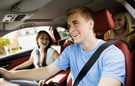 Autoverzekering afsluiten op naam van je ouders? Riskant!